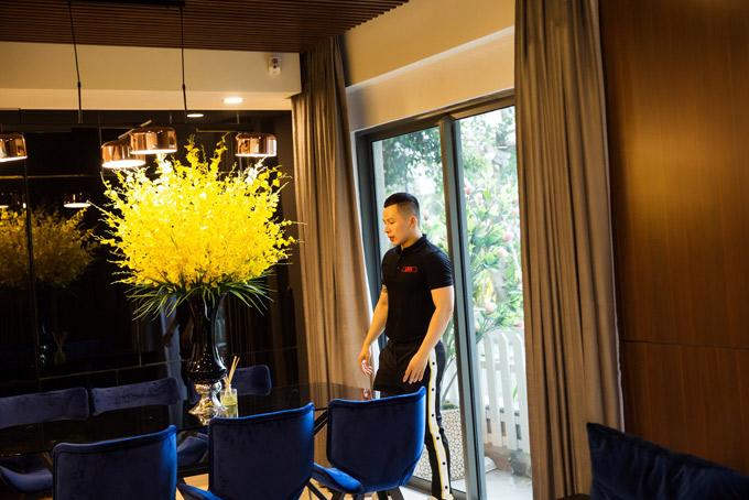 Bầu Tiệp nhận nhà mới được vài tháng. Căn hộ của anh nằm trong một chung cư cao cấp ở quận 2 TP HCM.