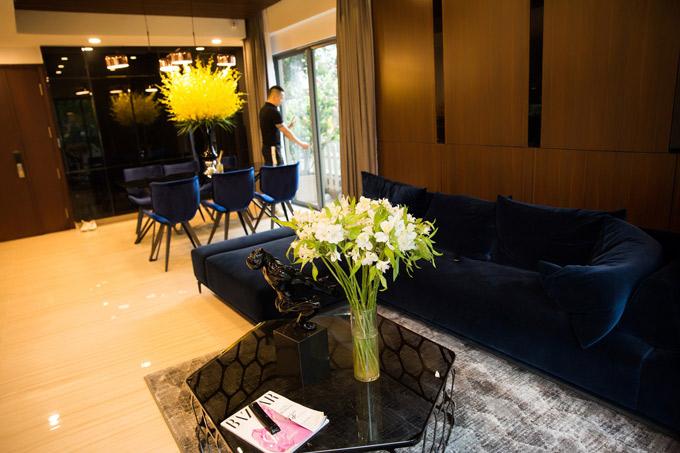 Tính cả nội thất, không gian sống của Vũ Khắc Tiệp có giá khoảng nửa triệu đô la Mỹ. Phòng khách trang trí đơn giản, tinh tế.