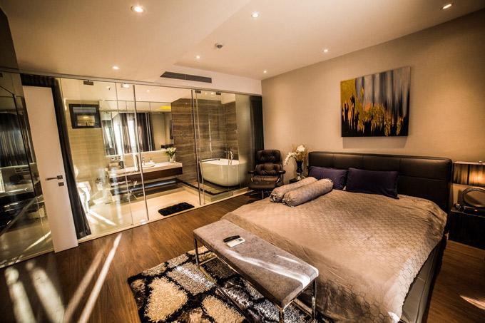 Phòng ngủ mang tông màu trầm ấm cúng và các nội thất đều cao cấp, tạo cảm giác tiện nghi, thoải mái cho chủ nhân.
