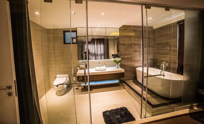Phòng tắm rộng rãi, sang trọng không kém các khách sạn 5 sao.