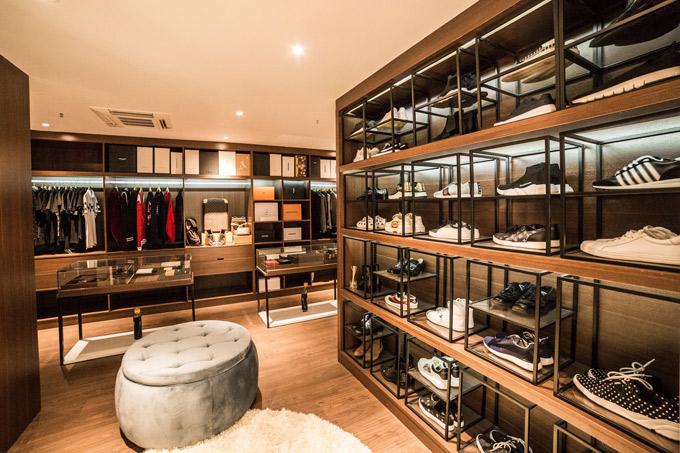 Là người chú trọng vẻ ngoài, Vũ Khắc Tiệp thiết kế hẳn một phòng để quần áo, giày dép trông giống hệt shop thời trang.