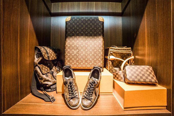 Anh có cả một bộ phụ kiện từ vali, ba lô, túi xách, giày... mang hiệu nổi tiếng thế giới.