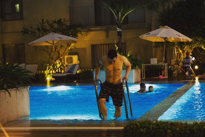 Bể bơi ngay bên cạnh căn hộ là nơi ông bầu thường xuống thư giãn sau những giờ bận bịu với công việc.