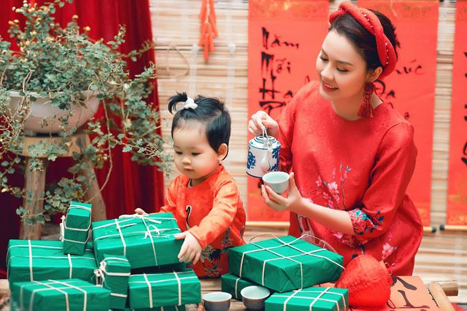 Hoa hậu Thân thiện cuộc thi Hoa hậu Việt Nam 2008, Đậu Hồng Phúc, xúng xính áo dài đỏ cùng công chúa nhỏ Pumpkin của mình đón xuân Mậu Tuất 2018.