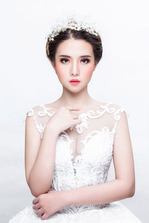 Một gợi ý khác cho cô dâu thích phong cách trang điểm cá tính là đánh mắt tone hồng khói kết hợp với son môi hồng. Kiểu make up này phù hợp hơn cả với những cô dâu có nước da trắng sáng.