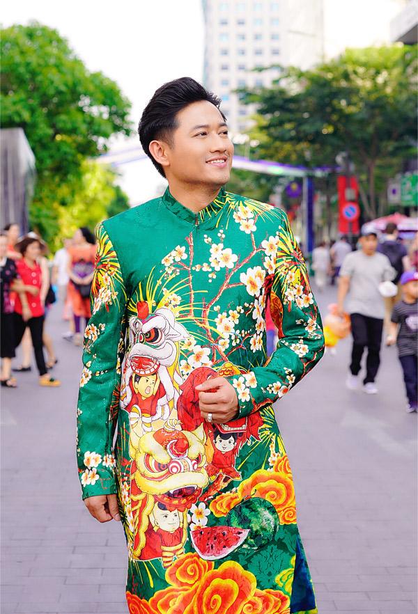 Quý Bình trông nho nhã trong tà áo dài họa tiết dân gian đi chơi Tết.