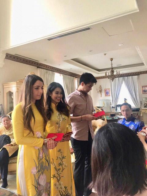 Ngày đầu năm các thành viên trong đại gia đình nhà chồng Hà Tăng thực hiện phong tục lì xì, chúc nhau may mắn.