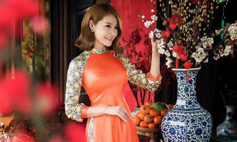 Linh Chi diện áo dài, khoe dáng đồng hồ cát