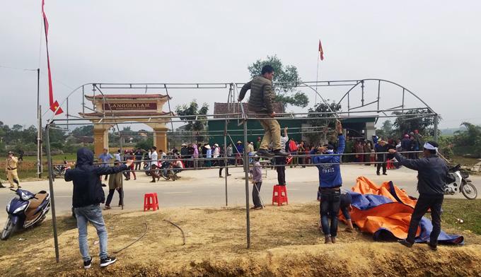 Gần trưa, rạp được chuyển sang một bên đường và tháo gỡ sau khi được nhà chức trách thuyết phục. Ảnh: Hùng Lê