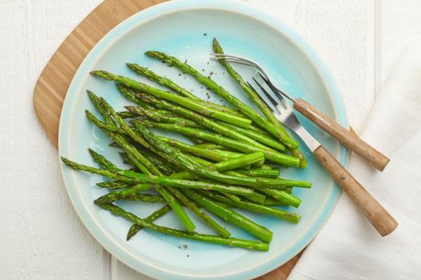 100 g măng tây chỉ chứa 20 calories, lại giàu vitamin A, B, C và kẽm, giúp phòng ngừa bệnh tim mạch và hỗ trợ giảm cân.