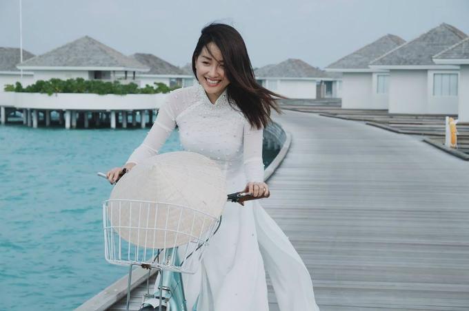 MC Quỳnh Chi khiến người xem ghen tỵ vì mới ngày đầu năm đã khoe nhiều hình ảnh đẹp nghẹt thở tại hòn đảo Maldives nổi tiếng. Mặc dù chính phủ nước này khuyến cáo khách du lịch không nên tới đây do tình trạng chính trị bất ổn nhưng chuyến đi của Quỳnh Chi vẫn may mắn diễn ra suôn sẻ. Cô diện áo dài, cầm nón lá đi xe đạp trên con đường lát gỗ giữa biển khơi xanh bao la.