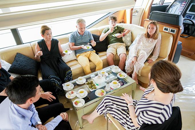 Lý Nhã Kỳ đem chiếc du thuyền hạng sang này về Việt Nam vào cuối năm 2016. Ferretti Yachts là thương hiệu cao cấp mà nhiều ngôi sao nổi tiếng thế giới sở hữu. Giá một chiếc vào khoảng vài triệu USD.