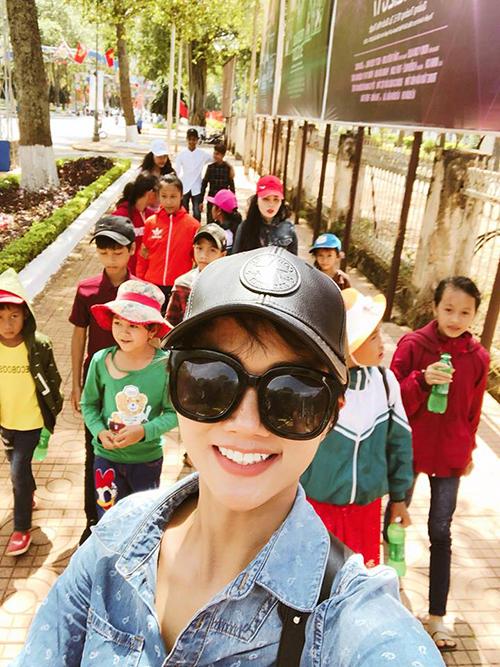 HHen Niê chia sẻ hình ảnh về hành trình ý nghĩa của mình sau khi đăng quang. Cô vui vẻ chơi cùng lũ trẻ và chia sẻ: Chuyến đi cùng các bé đáng yêu nhất quả đất.