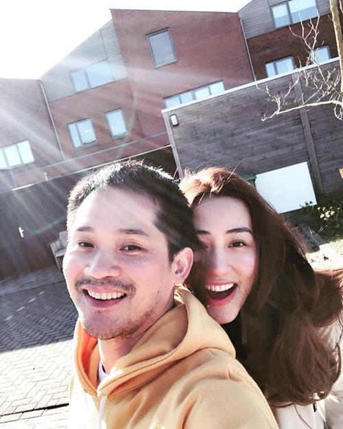 Ngân Khánh dụ ông xã Thiếu Quân chụp ảnh selfie mãi mới thành công. Người đẹp đang có cuộc sống viên mãn bên gia đình.