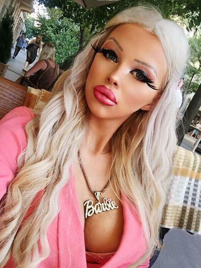 Thiếu nữ trẻ thấy hạnh phúc khi được theo đuổi ước mơ trở thành búp bê Barbie đời thực. Ảnh: Barcroft Media
