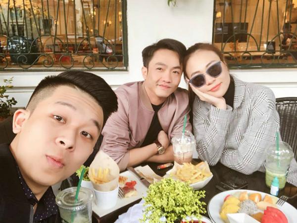 Sau khi chính thức thừa nhận chuyện tình cảm, cặp đôi thoải mái tựa đầu rất tình cảm khi dùng bữa và chụp ảnh cùng một người bạn hôm 23/2.