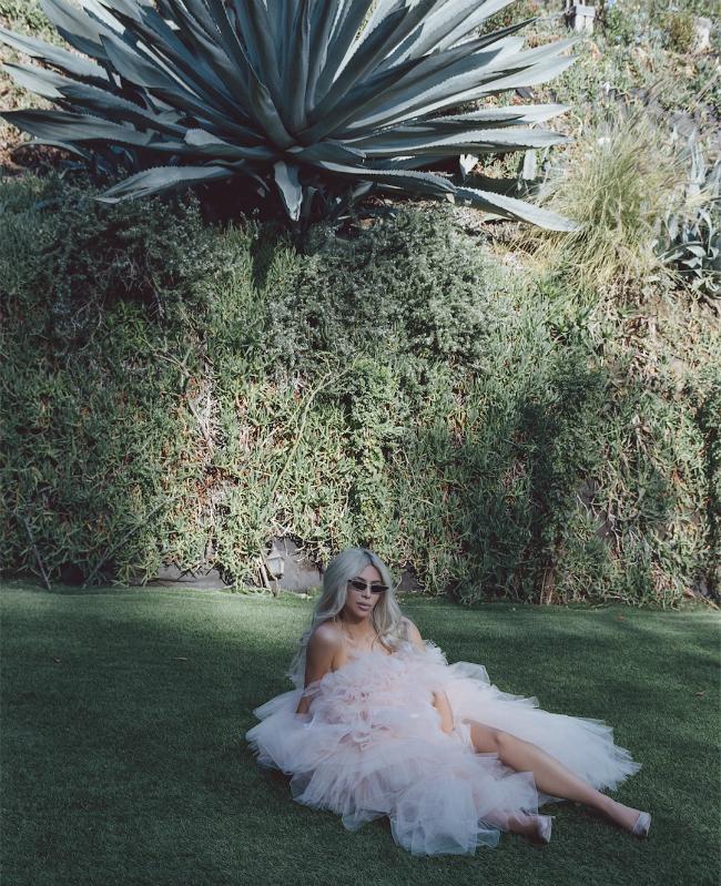 Mẫu váy cô mặc thuộc BST xuân 2018 của nhà mốt Off-white.