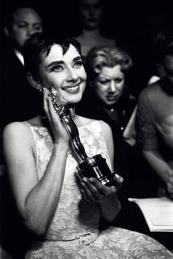 Audrey Hepburn giành giải Nữ diễn viên xuất sắc nhất trong lễ trao giải Oscar 1954 cho vai diễn trong phim Roman Holiday và cũng chiếm trọn trái tim người hâm mộ với