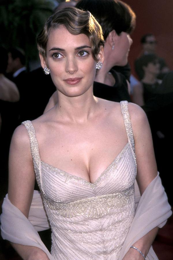 Kiểu tóc uốn xoăn mái cổ điển và khuôn mặt trang điểm nhẹ nhàng nhưng tươi tắn giúpWinona Ryder ghi điểm trên thảm đỏ Oscar năm 1996.