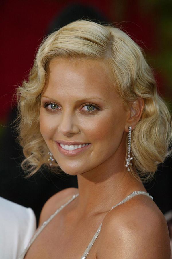 Charlize Theron chọn phong cách của thập niên 20 khi xuất hiện trên thảm đỏ Oscar năm 2004