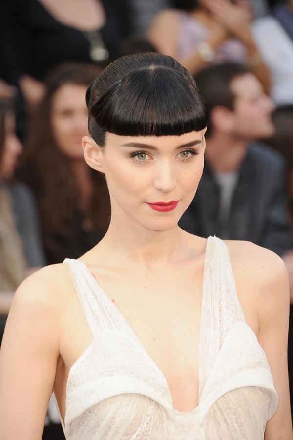 Rooney Mara với làn môi đỏ thắm, mái tóc bằng lửng lơ giữa trán trở thành điểm sáng trên thảm đỏ Oscar năm 2012.