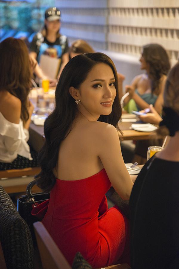 Hương Giang dự tiệc tối 26/2, là buổi tiệc gặp gỡ chính thức ban tổ chức Hoa hậu Chuyển giới Quốc tế 2018 tại Thái Lan. Nữ ca sĩ mặc bộ đầm đỏ của nhà thiết kế Đỗ Mạnh Cường, trông rất quyến rũ.