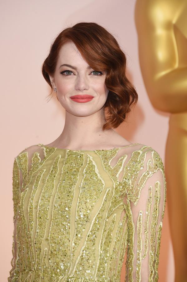 Emma Stone trở thành biểu tượng nhan sắc trên thảm đỏ Oscar 2015 nhờ lối trang điểm Hollywood cổ điển.