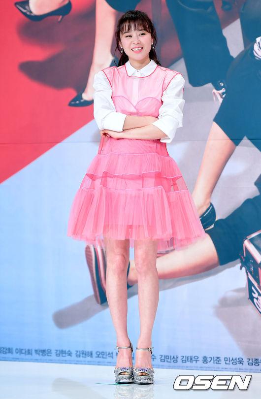 Ở tuổi 40, Choi Kang Hee vẫn như một cô gái tuổi teen với kiểu tóc mái mưa, váy hồng bồng bềnh như công chúa. Trò chuyện với ký giả, ngôi sao Hàn bày tỏ niềm hạnh phúc khi được tái ngộ khán giả trong phần 2 của phim.