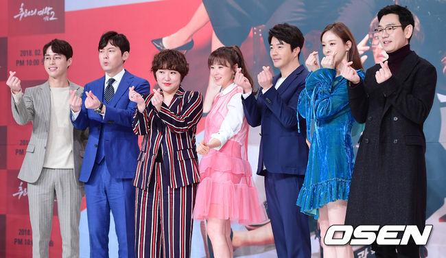 Choi Kang Hee tuổi 40 vẫn để mái mưa, diện váy hồng như gái teen - 4