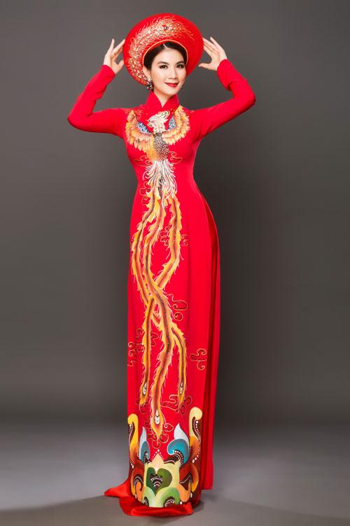 Trong khi đó, họa tiết chim phượng được vẽ trải dài trên thân áo cô dâu tạo hiệu ứng thị giác, giúp cô dâu như cao ráo, thanh thoát hơn. Chiếc khăn mấn cũng được thiết kế cùng họa tiết trên áo nhưng phun nhũ để bắt sáng vào khuôn mặt.