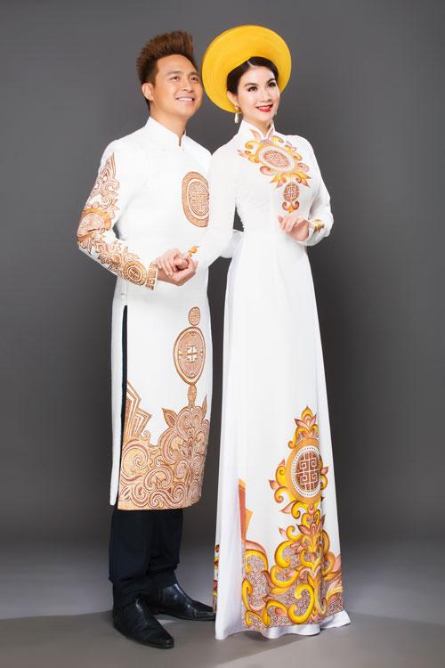 Nếu cô dâu chú rể theo đạo Phậthay đang lựa chọn một bộ trang phục cho lễ hằng thuận thì gợi ý về cặp áo dài trắng in hoa văn vàng - nâu là lựa chọn hoàn hảo. Các nét cách điệu ở dáng áo và họa tiết trang trí đều được tiết chế để phù hợp với sự trang trọng, tôn nghiêm nơi tổ chức lễ cưới.