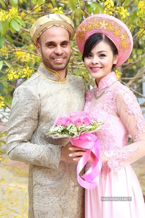 Xuân Thùy và ông xã trong đám cưới ở Việt Nam năm 2016.