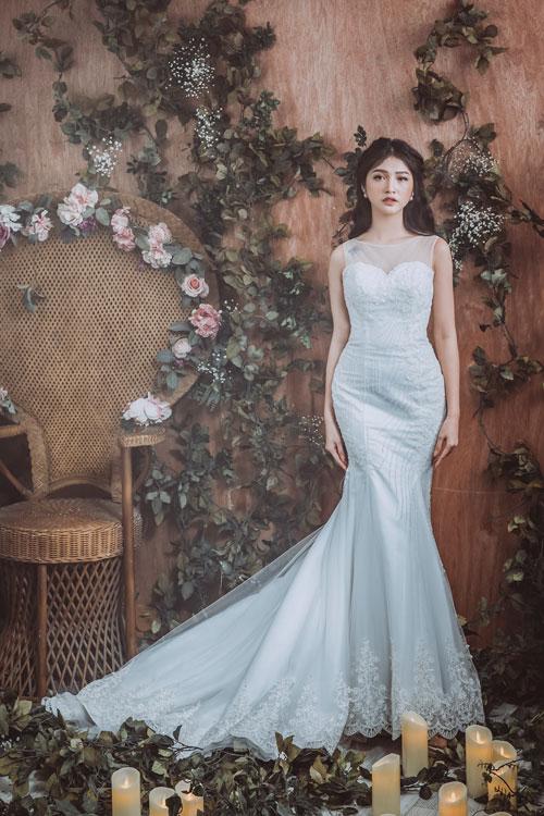 Tuy nhiên, nếu bạn chưa tự tin với số đo của mình nhưng vẫn muốn chọn váy cưới đuôi cá, hãy ưu tiên cho những thiết kế có họa tiết kết cườm xéo ở eo hoặc chạy dọc phần chân. Chúng sẽ giúp bạn giấu đi khuyết điểm hình thể.