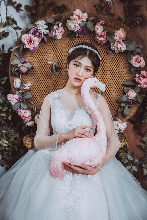 Kiểu cúp ngực trái tim tôn vòng một được điểm xuyết bằng những dải ren hoa dây leo xung quanh là điểm nhấn tạo phong cách thanh lịch cho nàng dâu.