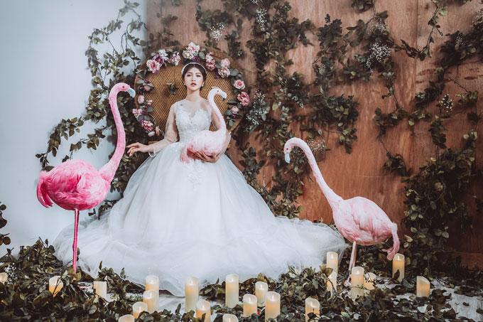 Thay vì dáng váy xòe cúp ngực trái tim quen thuộc, xu hướng năm nay được dự đoán là sự lên ngôi của những mẫu váy có phần tay dài bằng vải lưới hay tay cánh bướm ren hoa mềm mại. Cả hai chất liệu này đều đảm bảo độ nhẹ, bồng bềnh và mát mẻ cho người mặc.