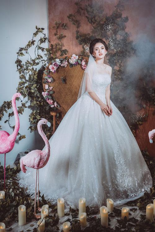 Phong cách nổi bật của nhà thiết kế Hà thành này là sự dịu dàng, tinh tế vẫn được phản ánh trọn vẹn trong từng thiết kế, thể hiện ở phom váyxòe bồng bềnh, những họa tiết thêu hoa, đính kết mềm mại.
