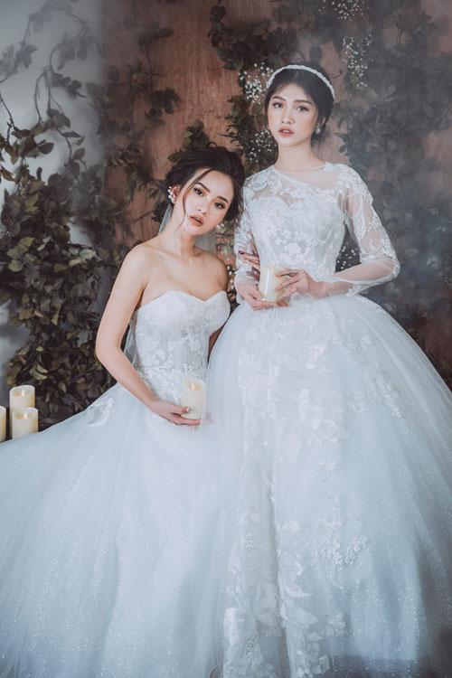 Nhà thiết kế không sử dụng vải ren sản xuất hàng loạt mà dùng những bông hoa ren tỉa thủ công đính lên thân váy theo ý đồ cụ thể, nhằm tôn dáng cho cô dâu và tạo điểm nhấn thu hút sự chú ý từ người đối diện.