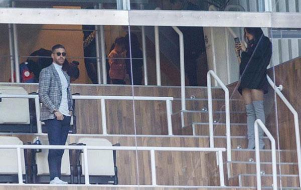 Sergio Ramos tạo dáng để bạn gái chụp ảnh trên khán đài Bernabeu. Ảnh: NS.