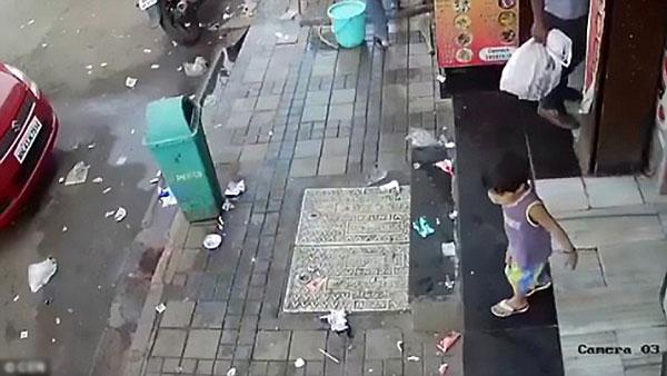 Bé gái chơi đùa một mình bên ngoài cửa hàng trước khi bị bắt cóc.