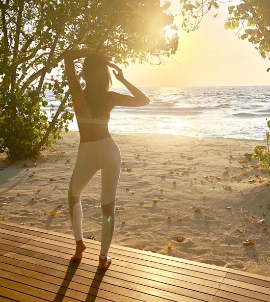 Á hậu Hong Kong khoe ba vòng hoàn hảo dưới nắng biển Maldives - 4