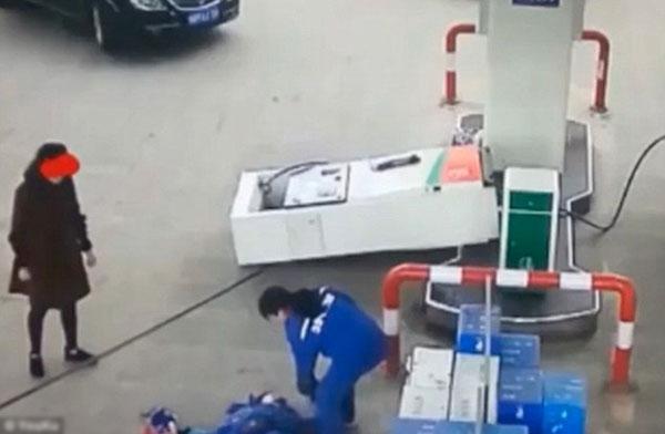 Cây xăng bị đổ trong khi nhân viên trạm xăng bị ngã đau đớn.