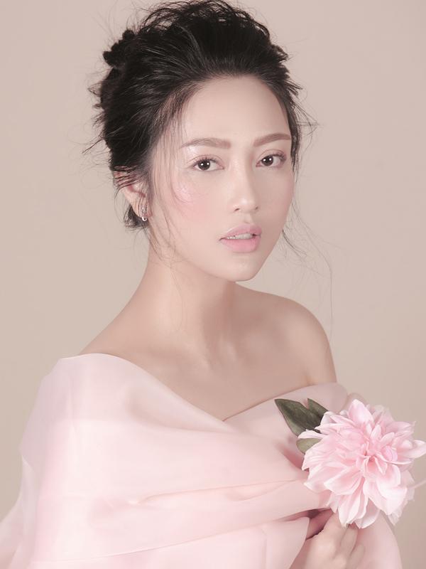 Với màu son hồng pastel dạng lì, bạn nên tạo điểm nhấn ở phấn má để khuôn mặt không bị nhợt nhạt.