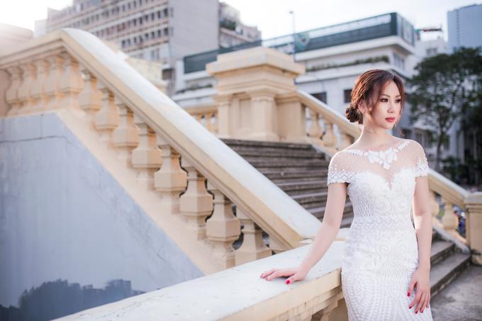 Với các mẫu váy đính cườm, cô dâu có thể bỏ qua trang sức vòng cổ, dây chuyền mà chỉ cần một đôi bông tai nhỏ xinh để tổng thể không bị rối rắm, nặng nề.
