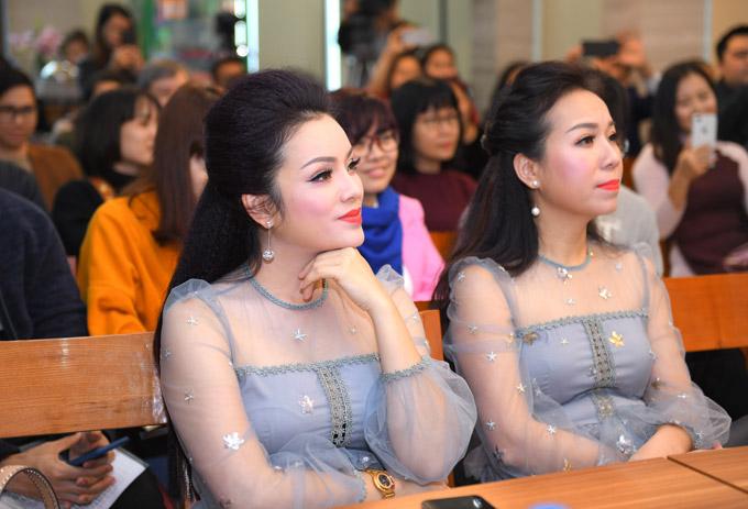 Ca sĩ Tân Nhàn và Thu Hà cũng đến ủng hộ sản phẩm mới củabà xã Việt Hoàn vào chiều qua.