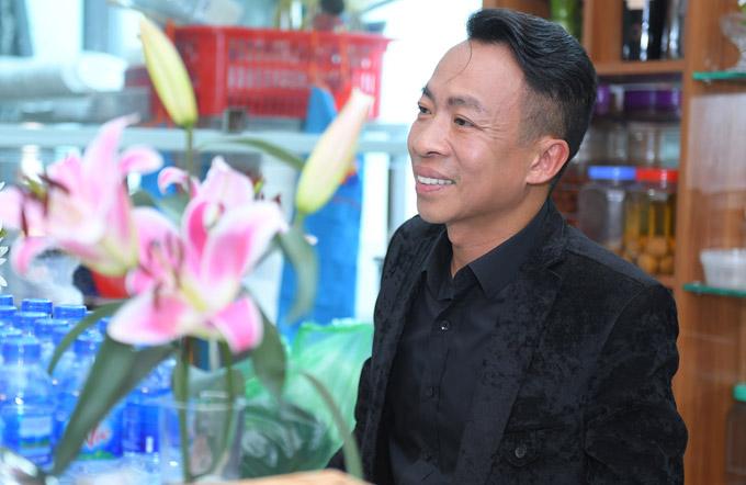 Khi vợ mải mê chào hỏi mọi ngườivà trả lời phỏng vấn báo giới, Việt Hoàn chọn góc khuất ở cuối phòng để quan sát vợ. Anh còn tự tay pha nước, chuẩn bị hoa quả chocác khách mời.
