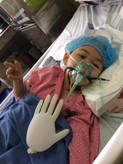 Những ngày chiến đấu bệnh tật trong viện, con luôn tỏ ra mạnh mẽ và lau nước mắt cho mẹ.
