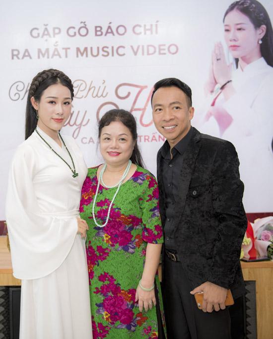 Vợ chồng Việt Hoàn - Hoa Trần chụp ảnh cùng mẹ.