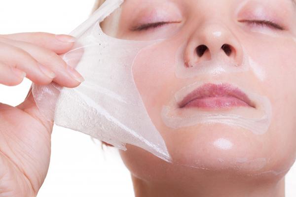 Tẩy tế bào chết và thoa một lớp kem dưỡng dày để bổ sung độ ẩm cho da, giúp da mịn màng hơn.