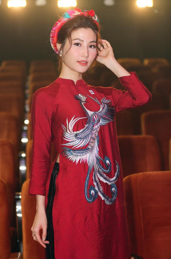 Diễm My 9X dịu dàng với trang phục họa tiết chim phượng. Người đẹp rất thích mặc quốc phục.