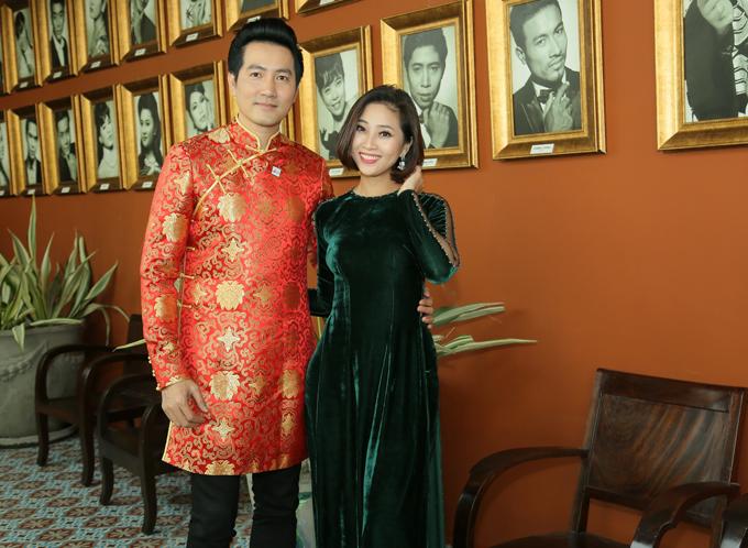Ca sĩ Nguyễn Phi Hùng tình cảm ôm eo MC Liêu Hà Trinh.